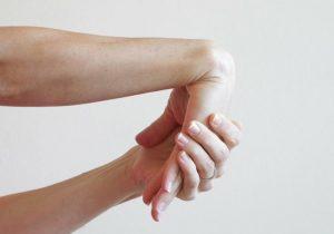 cách xoa bóp chữa đau cổ tay